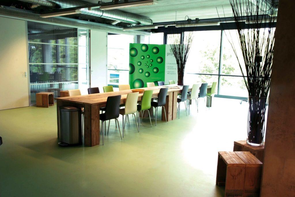 Kleurrijke gietvloeren - betonvloercoating op kantoor